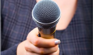 Reporter-with-microphone-007