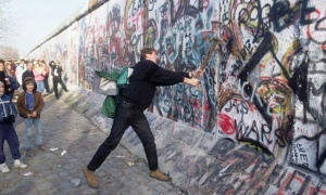 teenager-Berlin-Wall-007