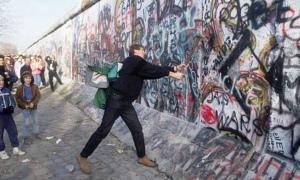 teenager-Berlin-Wall-007